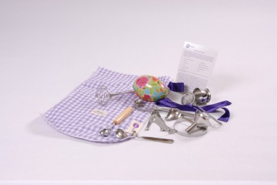 The metal top-up set is made up of 11 metal items chosen to promote exploration and creativity in children of all ages.  Includes Gingham bag and A6 Activity Card.