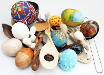 With over 25 different items making up the Egg and Spoon collection, children will love exploring the different shapes, colours, textures and sizes.  All items have been selected to allow children to discover and experiment with the unusual objects.  Includes a pretty gingham bag and activity card.