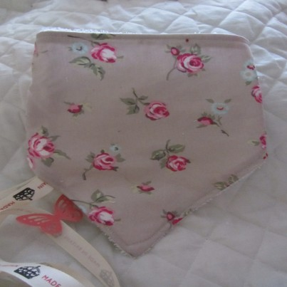 .Vintage style floral rose bandana bib, cloth and wash mit set. Makes great gift